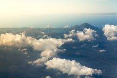 Nuvole bianche con la cima della montagna Fotografie Stock