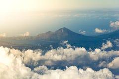 Nuvole bianche con la cima della montagna Immagine Stock