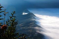 Nuvole bianche del villaggio della copertura della foschia visto ad una distanza di mattina Immagine Stock