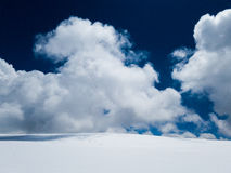Nuvole bianche della montagna della neve e bello sole Fotografia Stock Libera da Diritti