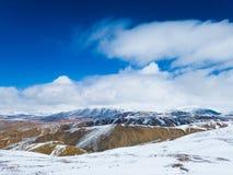 Nuvole bianche della montagna della neve e bello sole Immagine Stock Libera da Diritti