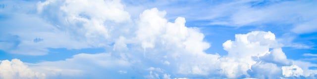 Nuvole bianche di bello volo morbido contro cielo blu in kolkata Un panoramico fotografia stock libera da diritti