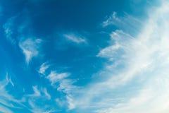 Nuvole bianche di spruzzo su cielo blu fotografia stock