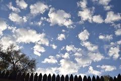 Nuvole bianche lanuginose in cielo blu Fotografia Stock Libera da Diritti