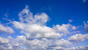 Nuvole bianche lanuginose su cielo blu Paesaggio celeste Immagine Stock Libera da Diritti