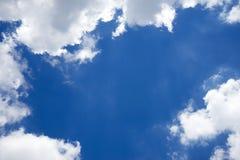 Nuvole bianche lanuginose in un cielo blu Immagine Stock