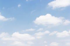 Nuvole bianche molli contro il fondo del cielo blu e lo spazio vuoto Immagini Stock Libere da Diritti