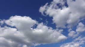 Nuvole bianche nel cielo blu, 4K al rallentatore Bello cielo un giorno soleggiato archivi video
