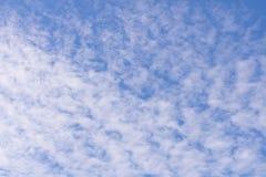 Nuvole bianche sul fondo del cielo blu Sorgente in anticipo immagine stock