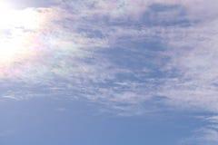 Nuvole bianche sul fondo del cielo blu Sorgente in anticipo fotografia stock