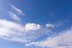 Nuvole bianche sul fondo del cielo blu Sorgente in anticipo fotografie stock libere da diritti