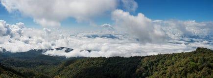 Nuvole bianche sulle montagne Fotografia Stock