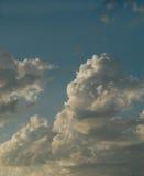 Nuvole bianche torreggianti Fotografia Stock