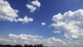 Nuvole bianche volanti di estate stock footage