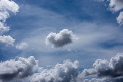 Nuvole blu e figure bianche dell'aria Fotografia Stock Libera da Diritti