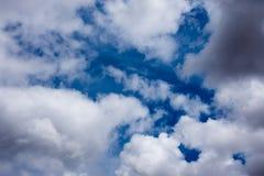 Nuvole blu e figure bianche dell'aria Immagini Stock