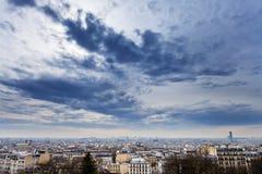 Nuvole blu grigio scuro sotto la grande città Immagini Stock Libere da Diritti