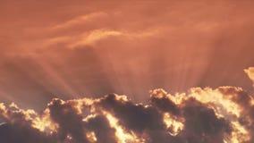 Nuvole celesti con i raggi del sole archivi video