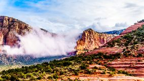 Nuvole che appendono intorno a Lee Mountain fra il villaggio di Oak Creek e Sedona in Arizona del Nord fotografia stock