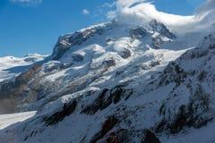Nuvole che appendono nelle alpi svizzere, cantone del Valais Fotografie Stock