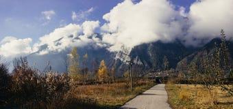 Nuvole che entrano intorno alle montagne nelle alpi francesi Immagini Stock