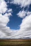 Nuvole che galleggiano nei pascoli alle elevate altitudini Immagine Stock Libera da Diritti