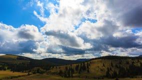 Nuvole che investono lasso di tempo del cielo blu
