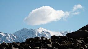 Nuvole che passano le montagne stock footage