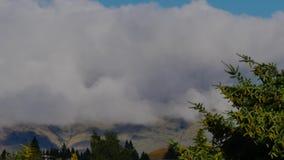 Nuvole che raccolgono sul pendio di collina archivi video