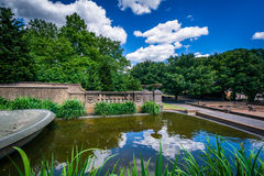 Nuvole che riflettono nella fontana precipitante a cascata alla pari meridiano della collina Fotografie Stock