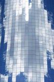 Nuvole che riflettono in un grattacielo di vetro fotografia stock
