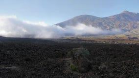 Nuvole che si avvicinano vicino al vulcano archivi video