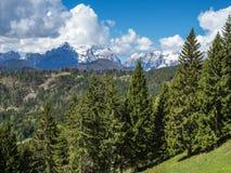 Nuvole che si riuniscono sopra le alpi di Julian Fotografie Stock