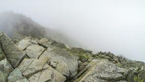Nuvole che si spostano per le montagne stock footage