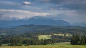 Nuvole che si spostano per le montagne al tramonto, Polonia, timelapse di Tatra video d archivio