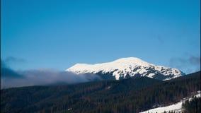 Nuvole che si spostano per le montagne Timelapse video d archivio