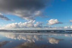 Nuvole che sorvolano la spiaggia immagini stock