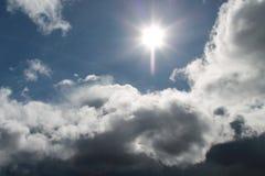 Nuvole, cielo blu, Sun luminoso Fotografie Stock Libere da Diritti