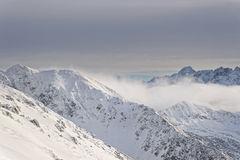 Nuvole in cima di Kasprowy Wierch di Zakopane in Tatras nell'inverno Fotografia Stock Libera da Diritti