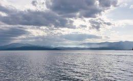 Nuvole, colline e mare in Norvegia immagine stock libera da diritti