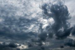 Nuvole con fondo, luce solare attraverso il fondo molto scuro delle nuvole delle nuvole di tempesta scure Fotografia Stock Libera da Diritti