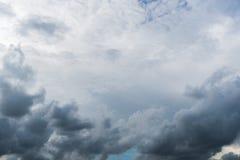 Nuvole con fondo, luce solare attraverso il fondo molto scuro delle nuvole delle nuvole di tempesta scure Fotografia Stock