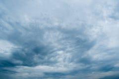 Nuvole con fondo, luce solare attraverso il fondo molto scuro delle nuvole di tempesta scure, fondo nero delle nuvole del cielo d Fotografie Stock