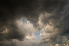 Nuvole con fondo, luce solare attraverso il fondo molto scuro delle nuvole di tempesta scure, fondo nero delle nuvole del cielo d Immagini Stock