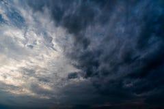 Nuvole con fondo, luce solare attraverso il fondo molto scuro delle nuvole della nuvola di tempesta scura Fotografie Stock