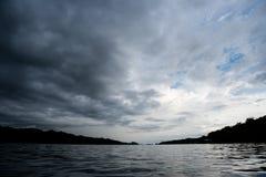Nuvole con fondo, luce solare attraverso il fondo molto scuro delle nuvole della nuvola di tempesta scura Fotografia Stock Libera da Diritti