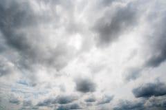 Nuvole con fondo, luce solare attraverso il fondo molto scuro delle nuvole della nuvola di tempesta scura Fotografie Stock Libere da Diritti