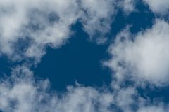 Nuvole con il foro a cielo blu immagine stock libera da diritti