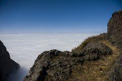 Nuvole con la montagna Immagine Stock