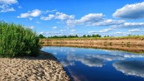 Nuvole con la riflessione in acqua di fiume Fotografie Stock
